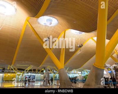 Madrid, España - 27 de enero de 2018: Interior del aeropuerto de Barajas, en Madrid, España. Interior de la Terminal 4, diseñado por Antonio Lamela y Richard Rogers