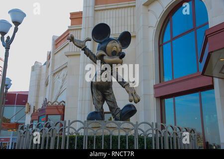 Francia, Paris - Febrero 28, 2016 - estatua de bronce de Mickey Mouse, quien nos saluda entrar al Parque Disneyland,