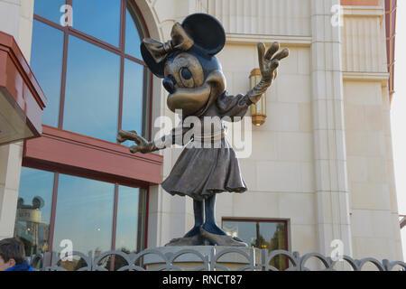 Francia, Paris - Febrero 28, 2016 - estatua de bronce de Minie Mouse, quien nos saluda entrar al Parque Disneyland,