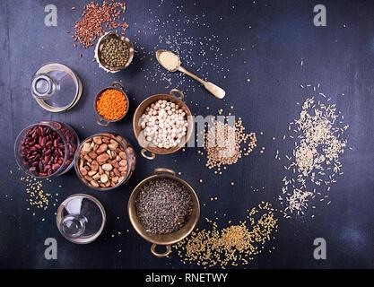 Conjunto de alimentos, sereals variousLegumes, frijoles, granos y semillas. Clase de lentejas, bulgur, puré de patatas, frijoles mungo, garbanzos, semillas de girasol, cuscús, arroz. Foto de stock