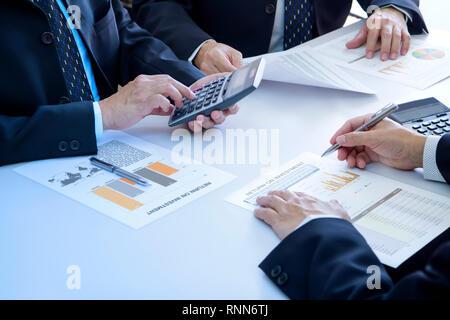 Los empresarios están profundamente revisar informes financieros para un retorno de la inversión o el análisis de riesgo de inversión.