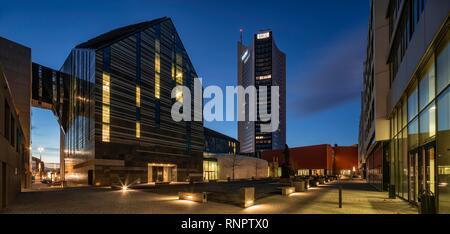 Campus universitario con Paulinum, Augusteum y ciudad de gran altura, vista nocturna, Leipzig, Sajonia, Alemania