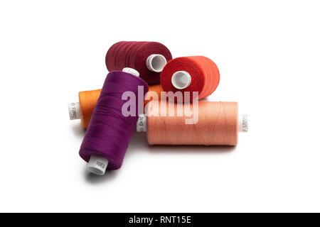 Conjunto de hilos de coser carrete en color sobre fondo blanco aislado