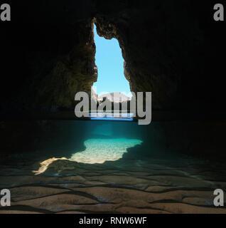 Dentro de una cueva en la orilla del mar, vista dividida por la mitad y bajo el agua, Mediterráneo, España, Cabo de Gata Nijar natural park, Almeria, Andalucía
