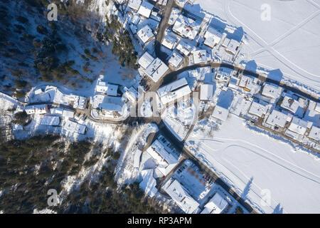 Vista aérea de la aldea tradicional austriaca litter cubierto por la nieve en invierno, por la mañana. Destino turístico en los Alpes.