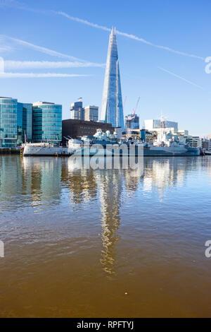 El acorazado HMS Belfast amarrado en el río Támesis en Londres con el Southwark Shard edificio del fondo en la ciudad de Londres Foto de stock