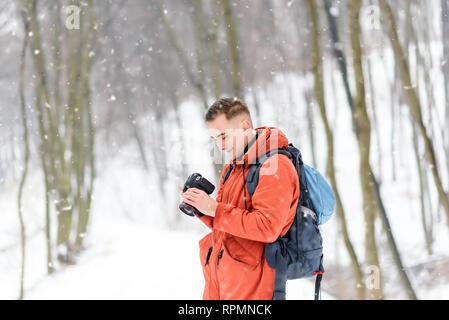 Fotografía foto Chico mirando a la cámara mientras caminaba en el bosque