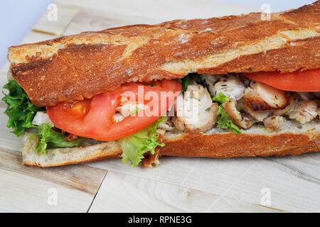 Sándwich de pollo fresco. Baguette francesa. Comida y bebida. Editorial ilustrativos. Francia