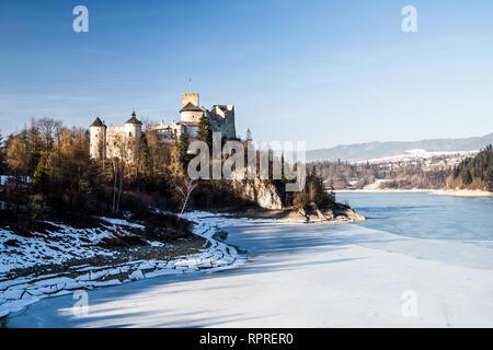 Dunajec Avance castillo en Niedzica, Polonia, Czorsztyn lago. Vista invernal.