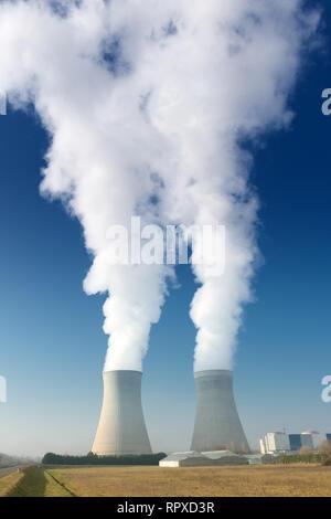 Planta de energía de vapor torres de refrigeración sobre fondo de cielo azul oscuro