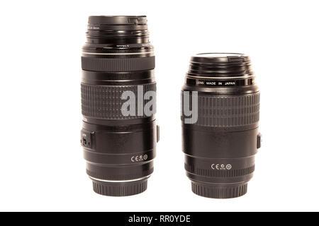 Dos lentes de cámara aislado sobre fondo blanco. Foto de stock