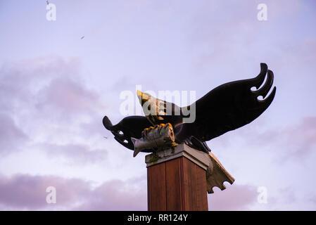 Vista de águila calva escultura en madera en Port Alberni, una pequeña ciudad en la isla de Vancouver, Canadá