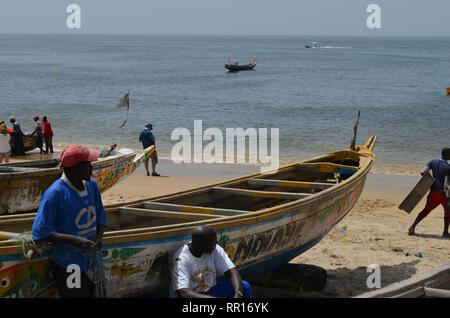 Piraguas artesanales en la playa de Djiffère, Senegal