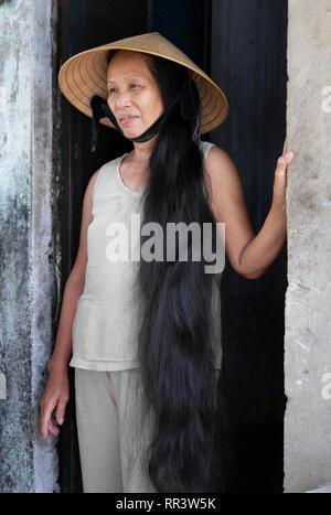 Retrato de mujer vistiendo vietnam tradicional sombrero cónico