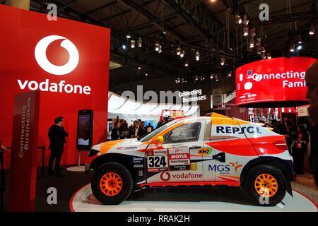 Barcelona, España. 25 Feb, 2019. Las personas son vistos en el stand de la compañía móvil Vodafone en el Mobile World Congress 2019 (MWC) en Barcelona, España, 25 de febrero, 2019. Los cuatro días de 2019 MWC inauguró el lunes en Barcelona. Crédito: Guo Qiuda/Xinhua/Alamy Live News