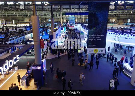 Barcelona, España. 25 Feb, 2019. La gente se ve en la sede de la 2019 El Mobile World Congress (MWC) en Barcelona, España, 25 de febrero, 2019. Los cuatro días de 2019 MWC inauguró el lunes en Barcelona. Crédito: Guo Qiuda/Xinhua/Alamy Live News
