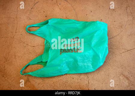No plástico. Conciencia ambiental cuidado vindicación shot. Se muestra una bolsa de plástico verde con el lema no más plástico.