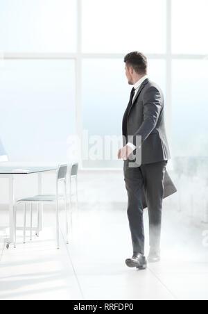 Joven empresario en humo
