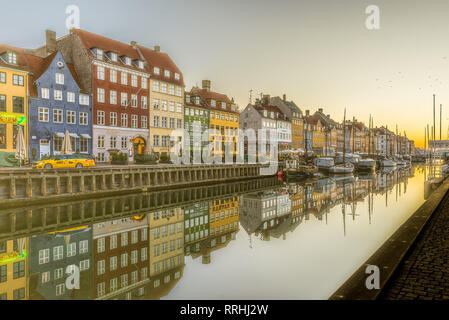 Casas pintorescas en el muelle que refleja en las tranquilas aguas del Canal Nyhavn, Copenhague, 16 de febrero de 2019