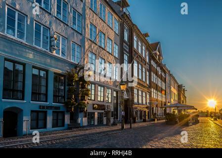 El pavimento y restaurantes cerrados en la primera luz de la mañana brillante en Nyhavn en Copenhague, 16 de febrero de 2019