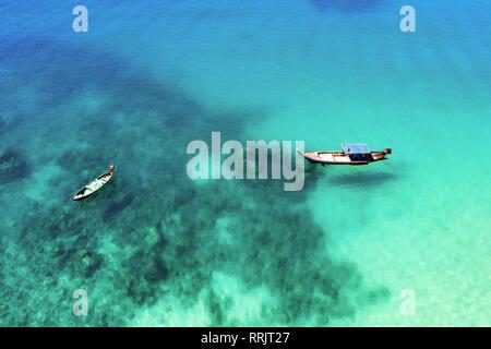 """Vista desde arriba, la impresionante vista aérea de dos """"longtail"""" tradicionales embarcaciones flotando en un mar turquesa y transparente. Libertad Beach, Phuket, Tailandia"""
