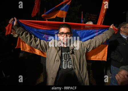 Buenos Aires, Argentina - 25 abr, 2016: manifestante sosteniendo la bandera de Armenia durante una marcha por el reconocimiento del genocidio armenio en el OT