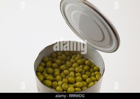 Close-up de garbanzos verdes abrió en una lata de estaño sobre fondo blanco.
