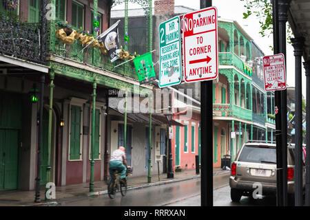 Nueva Orleans street, vista a lo largo de Royal Street en el Barrio Francés en una tarde lluviosa, Nueva Orleáns, Luisiana, Estados Unidos.