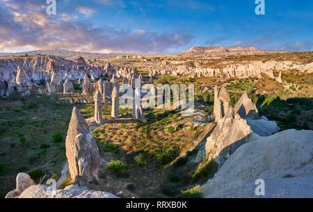 """Fotos e imágenes de la hada Chimney Rock formaciones rocosas y pilares de """"amor"""" cerca del Valle de Goreme, Capadocia, Nevsehir, Turquía"""