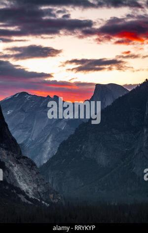 El Parque Nacional de Yosemite el icónico Half Dome, visto desde la vista de túnel tienen vistas al atardecer