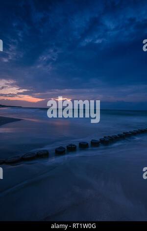 En Alemania, el Estado federado de Mecklemburgo-Pomerania Occidental, Zingst, playa en la tarde, el Breakwater