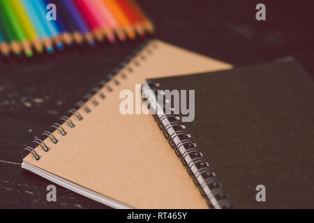 Cuadernos con lápices de colores y materiales de arte, concepto de creatividad e inspiración