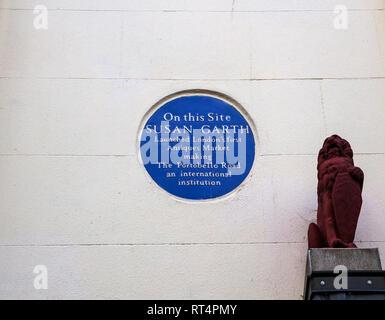 Placa azul marca donde Susan Garth lanzó en Londres el primer mercado de antigüedades de Portobello Road, Notting Hill