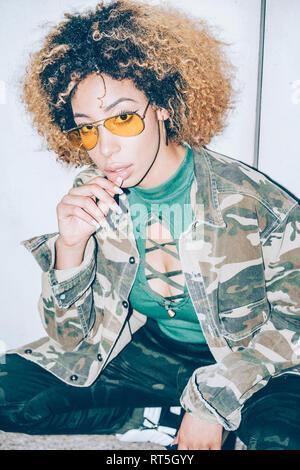 Retrato de mujer joven atractiva con gafas de sol Foto de stock