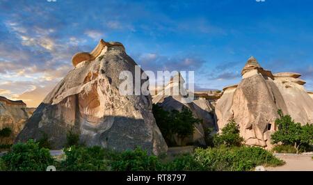 """Fotos e imágenes de las chimeneas de hadas formaciones rocosas y pilares de roca """"valle"""" Pasaba cerca de Goreme, Capadocia, Nevsehir, Turquía"""