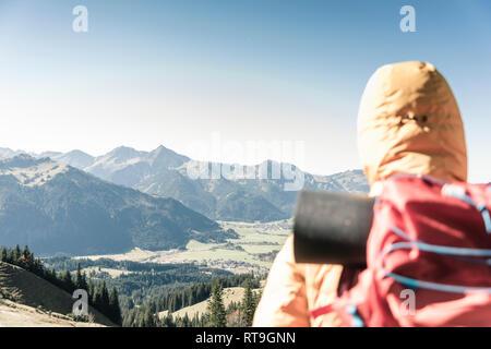 Austria, Tirol, vista trasera del hombre sobre una excursión en las montañas disfrutando de la vista