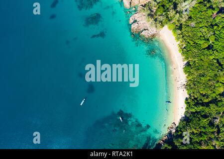 Vista desde arriba, la vista aérea de una hermosa playa tropical de arena blanca y aguas turquesas, Banana Beach, Phuket, Tailandia.