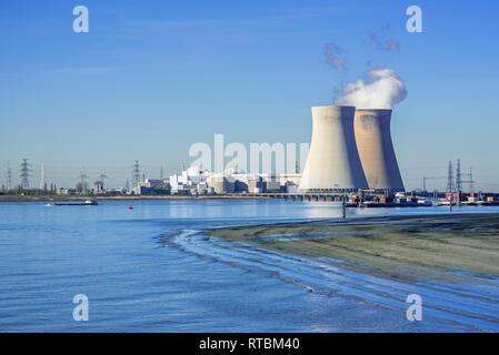 La estación nuclear Doel / planta de energía nuclear en el puerto de Amberes, a orillas del río Scheldt / Schelde, Flandes, Bélgica