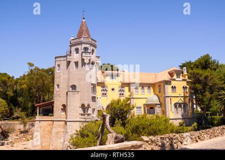 Exterior de los Condes de Castro Guimaraes Museum, originalmente conocido como 'Torre de S. Sebastiao' (San Sebastián de la torre). Fue construido en el año 1900 en Cascais, L