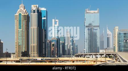 DUBAI, EMIRATOS ÁRABES UNIDOS - Octubre 31: Metro de Dubai como el más largo del mundo completamente automatizado de la red de metro (75 km) el 31 de octubre de 2013, Dubai, EAU.