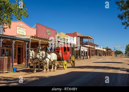 La histórica calle Allen con una diligencia en Tombstone, Arizona