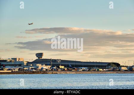 La foto es un avión saliendo del Aeropuerto Internacional de Miami, Florida.