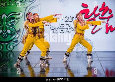 Bailarines de Folk Ensemble Gulun de Yakutia, al norte de Rusia, actúan en el festival Maskdance celebrado en Andong, Corea del Sur