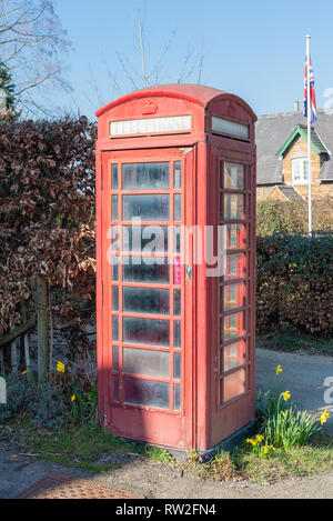 Hierro fundido tipo k6 kiosk catalogado de grado 2 en el cuadro Teléfono de Rockingham, Northamptonshire