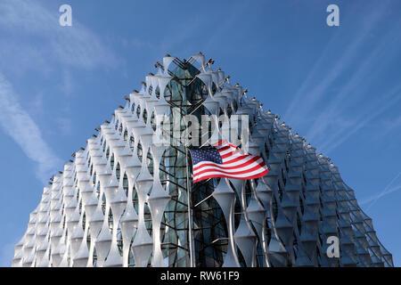 El edificio de la Embajada estadounidense con el Stars & Stripes bandera americana en nueve Elms Lane, Wandsworth, en el oeste de Londres Inglaterra KATHY DEWITT