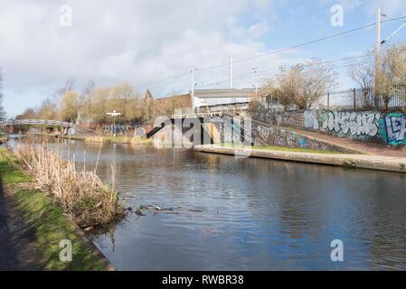 El antiguo canal de Birmingham Línea que pasa por el interior del distrito de la ciudad de Birmingham Ladywood que está experimentando la regeneración