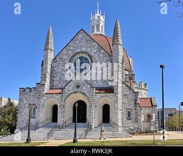 La Primera Iglesia Bautista, una gran iglesia de piedra modelada después de diseño italiano, un símbolo de la religión cristiana o la fe protestante en Montgomery, AL, USA.