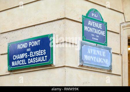 París, Francia - 22 de julio de 2017, los famosos Campos Elíseos y la Avenida Montaigne esquina y letreros de la calle en París, Francia.