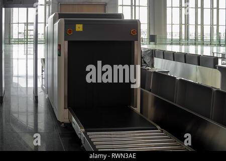 Terminal del aeropuerto equipaje máquina de rayos X para el escaneo de seguridad buscar