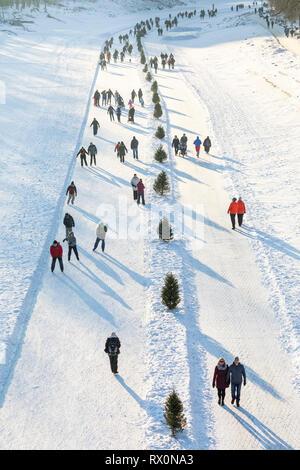 Patinar sobre hielo en el río Assiniboine, parte de la Red River Trail mutua en las horquillas, Winnipeg, Manitoba, Canadá.